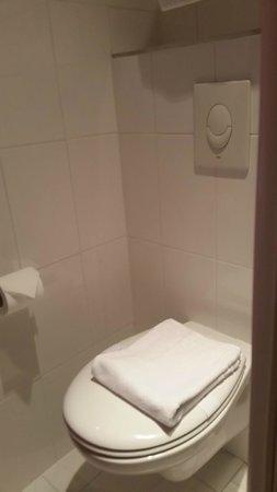 Kyriad Quimper Sud : bathroom