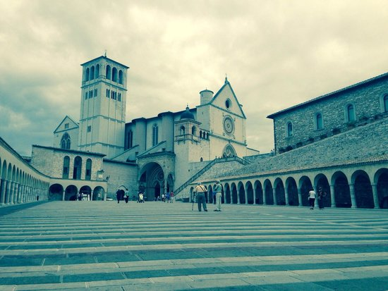 Basilica Papale San Francesco D'Assisi: Piazzale