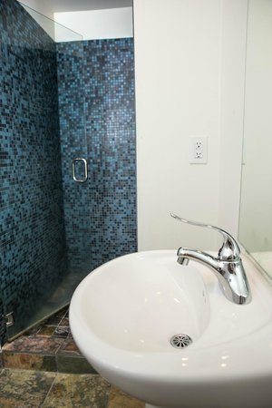 The M Ashland Motel: Renovated bathrooms