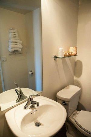 The M Ashland Motel: Modern bathroms