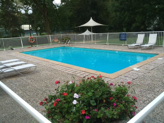 Ibis Styles Besançon : Le coin piscine