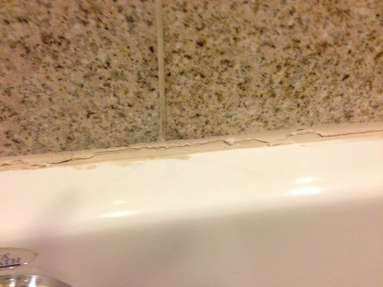 Platinum Hotel and Spa: Cracked leaking grout
