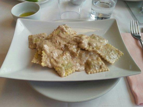 Trattoria la collina : Ravioli con crema di noci...davvero ottimi!!