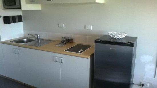 Broadway Motel & Miro Court Villas: Upstairs room kitchen area