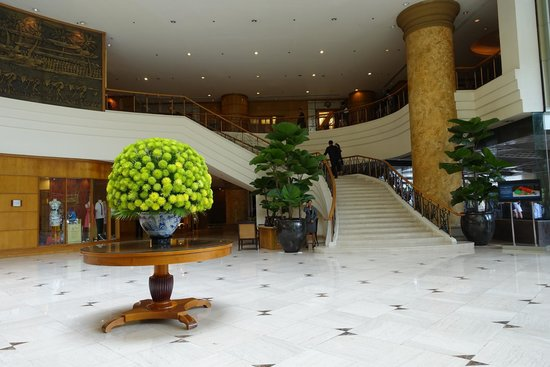 New World Saigon Hotel: The staircase to the second floor