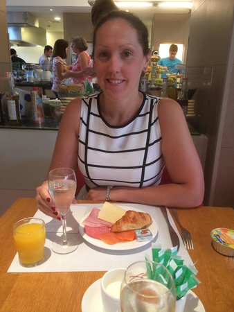 Novotel Brussels Grand Place: Champagne at breakfast was a nice touch.