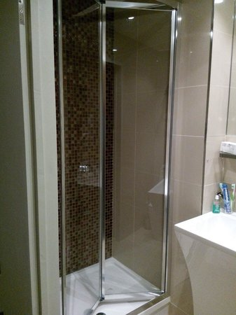 Sidney Hotel London-Victoria: La doccia. Spaziosa e con un soffione meraviglioso