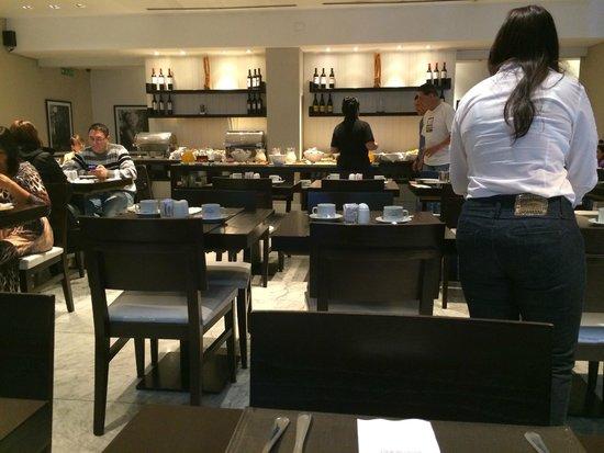 Broadway Hotel & Suites: Área do café da manhã