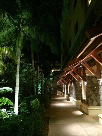 Loews Royal Pacific Resort at Universal Orlando: At night