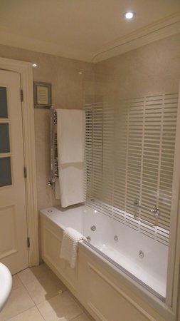 International Hotel Killarney: Standard Bath