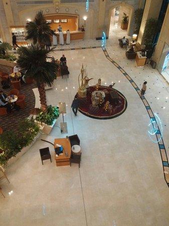 Al Ain Rotana Hotel: The main lobby
