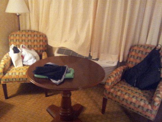 Best Western Plus Humboldt Bay Inn: Chairs in room