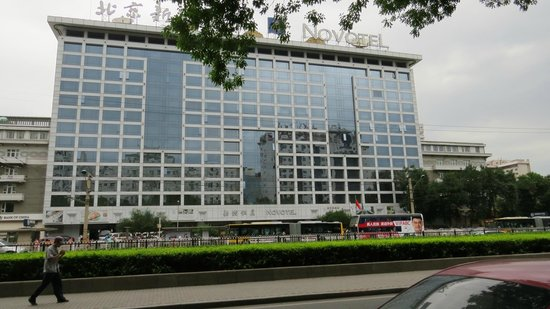 Novotel Xinqiao Beijing: View of hotel from across the road