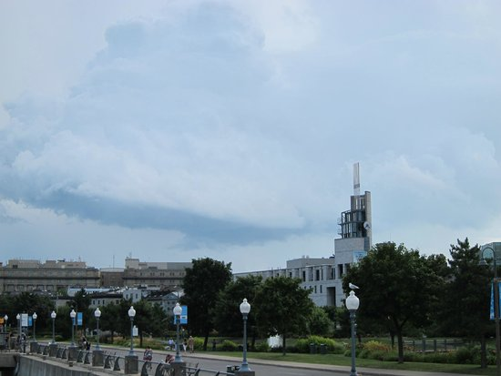 Free Old Montreal Tours : Hardly noticed the few showers as we started the tour.