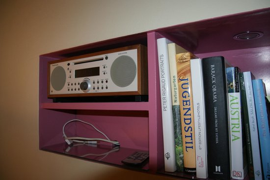Hotel&Villa Auersperg: A radio and a bookshelf with books and CD.s.