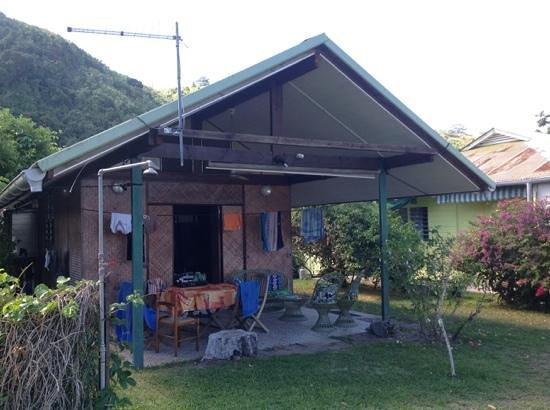 Otaha Lodge : bungalow face à la plage : 1lit double et 2 matelas simples sur une mezzanine