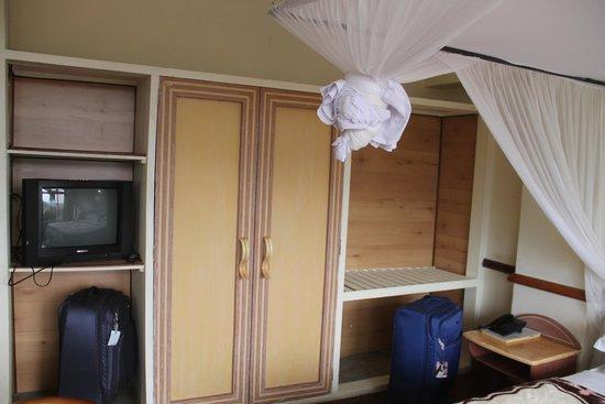 Impala Hotel: closet space