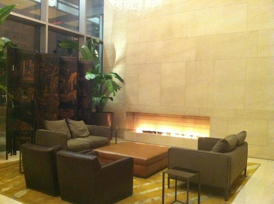 Shangri-La Hotel, Vancouver: Fireplace at Lobby