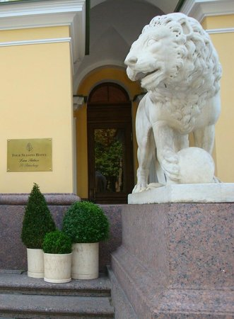 Four Seasons Hotel Lion Palace St. Petersburg: Lion and Four Seasons Sign