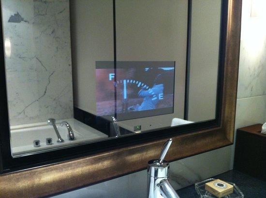 Shangri-La Hotel, Vancouver: TV in the mirror