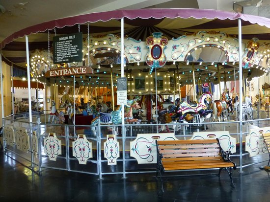Merry-Go-Round Museum : The central carousel