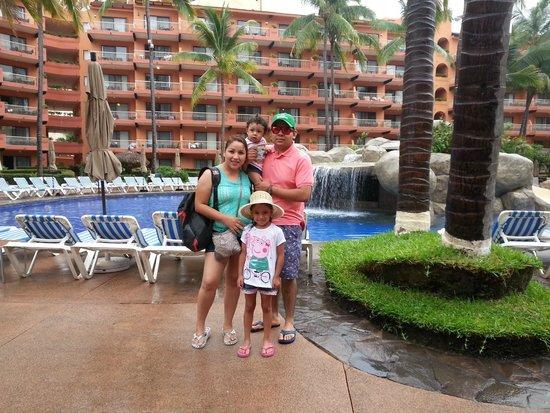 Villa del Palmar Beach Resort & Spa: con la familia enfrente de la alberca principal