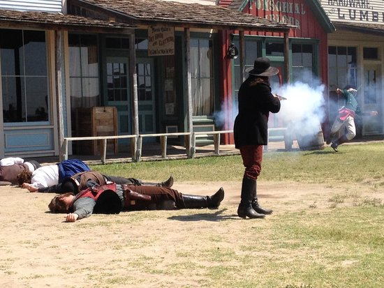 Boot Hill Museum : The sheriff finishes off the bad guys