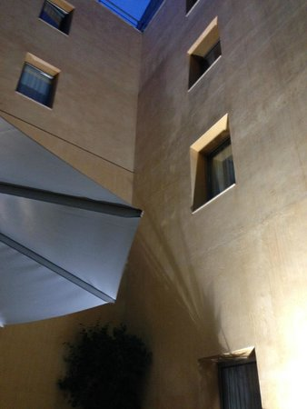 H10 Raco Del Pi: Hotel courtyard at night