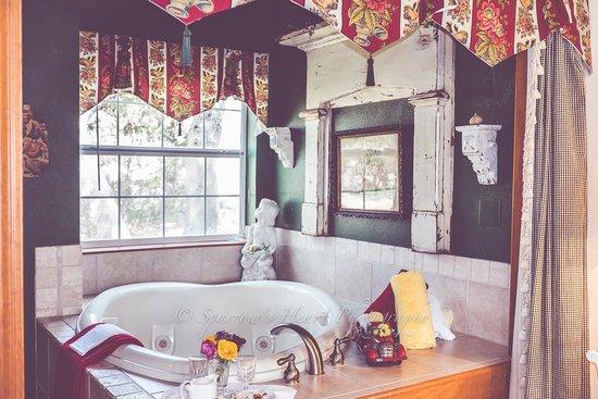Serenity Farmhouse Inn: The tub was so special!