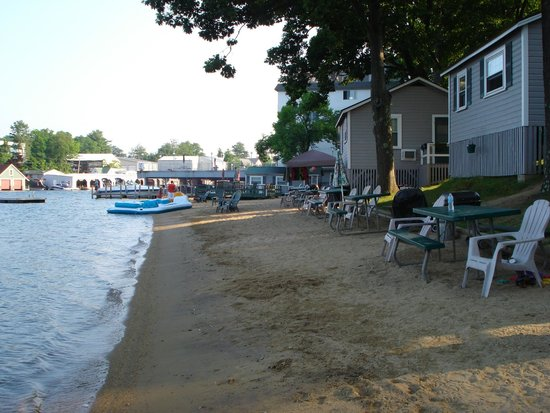Proctor's Lakehouse Cottages: The cottages are directly on the beach, right outside your door.
