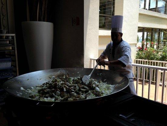 Hotel Riu Emerald Bay: Chef cocinando enfrente del publico.