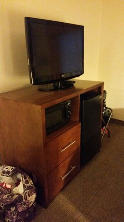 Comfort Inn: TV, microwave & fridge. Sadly in room 216 the fridge didn't work at all.