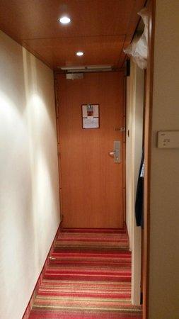 Mercure Grenoble Centre Alpotel : Wejście do pokoju i łazienki