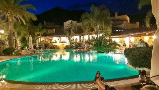Cruccuris Resort: Piscina e ristorante