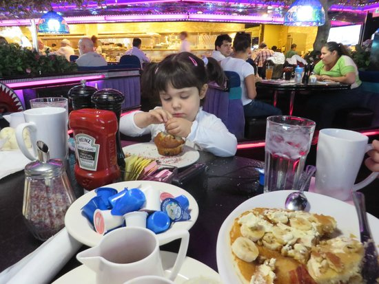 The Peppermill Restaurant & Fireside Lounge: Great Banana Pancakes and muffins
