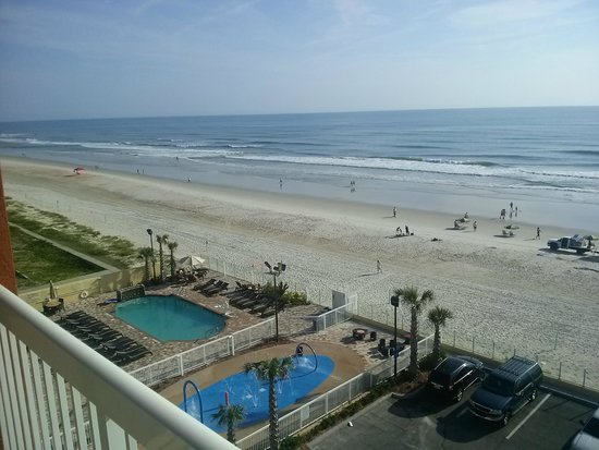 Hampton Inn Daytona Beach/Beachfront: View of pool from room
