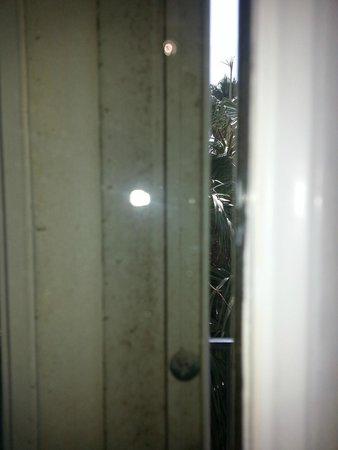 Charleston Harbor Resort & Marina: Moldy dirty door!