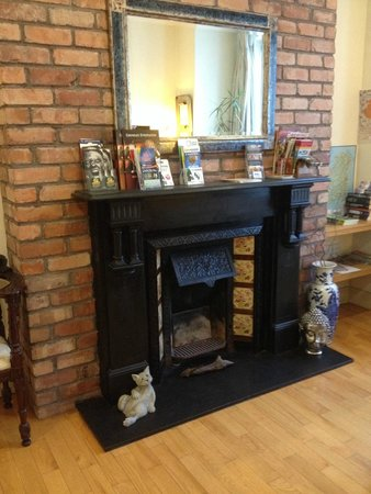 Crawford Guest House B&B: fireplace in Killarney foyer