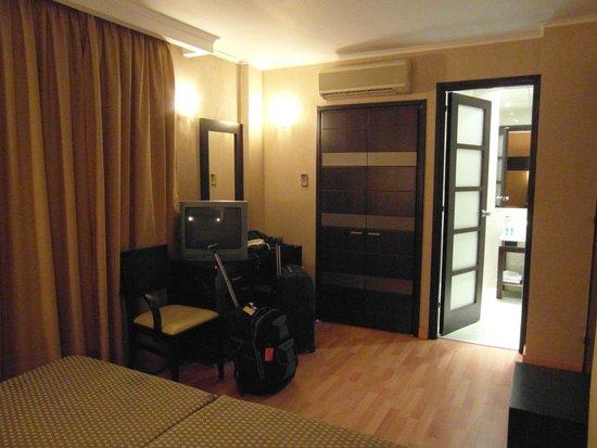 Alassia Hotel: Placard, puerta del baño y escritorio