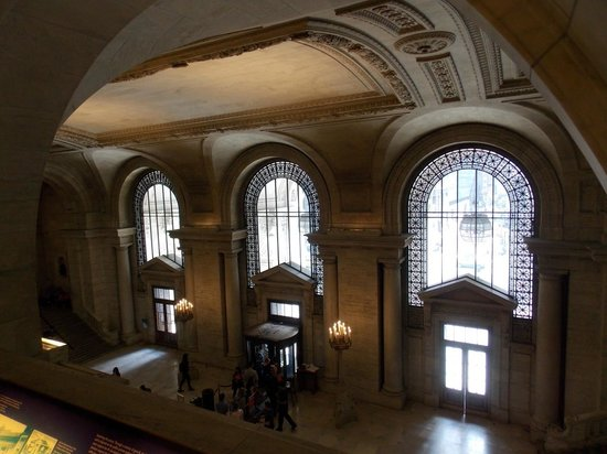 New York Public Library: Salón de acceso con hermosos ventanales.