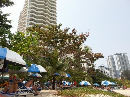 Rainbow Paradise Beach Resort: The resort sunbathing area