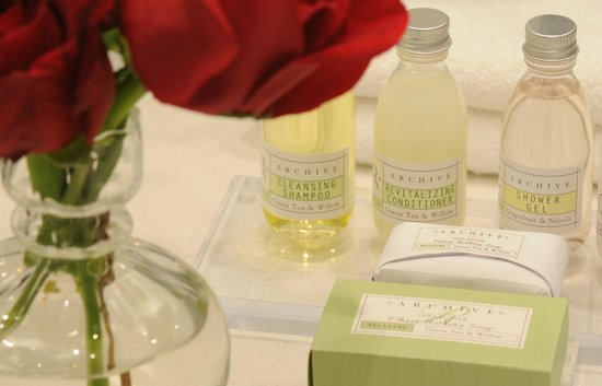 Hotel Marisol Coronado: A full selection bathroom amenities is stocked for your convenience