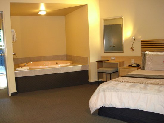 Clearwater Motor Lodge: In-room spa