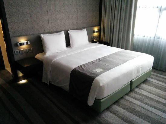 Holiday Inn Bangkok Sukhumvit: corner room