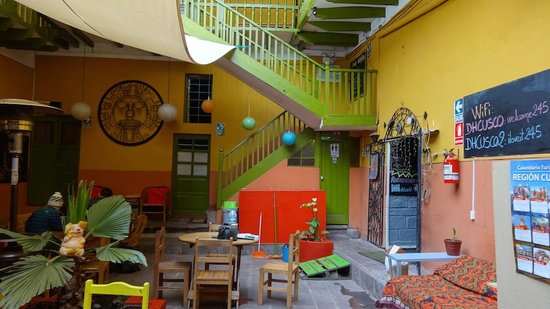 Dragonfly Hostels Cusco : Courtyard of hostel, where every sound will be heard from your private room.