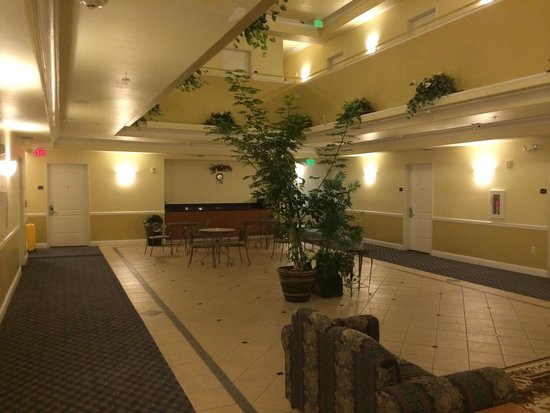 Gateway Inn and Suites Hotel: 2nd floor atrium / breakfast area