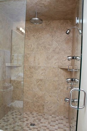 Bay Breeze Resort: Kohler Rain Showers in select rooms!