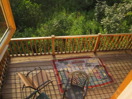 Traleika Mountaintop Cabins: Looking down onto the balcony from the master bedroom.