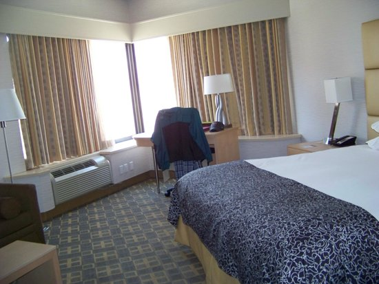 Doubletree by Hilton Philadelphia Center City: Large Rooms with Good Lighting