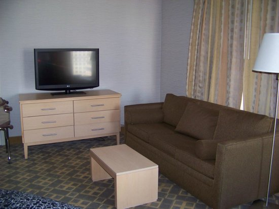 Doubletree by Hilton Philadelphia Center City: Large TV and Couch for Viewing